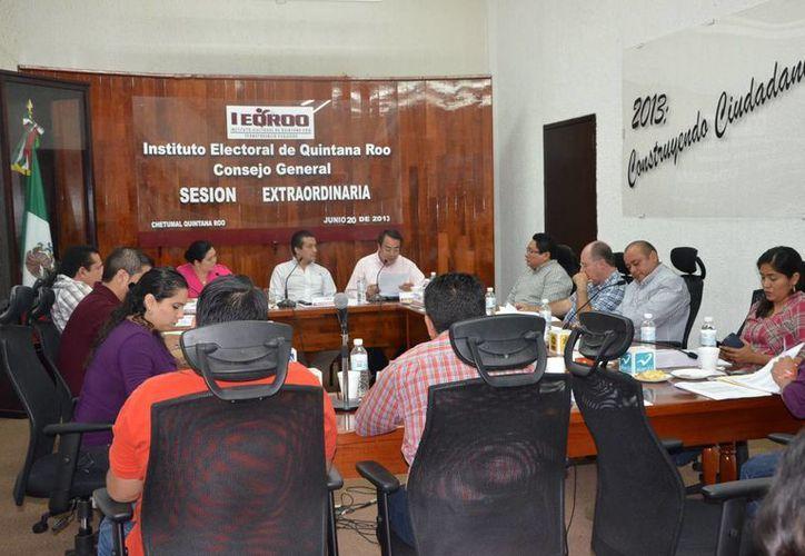 El Consejo General del Ieqroo, durante la sesión de ayer viernes que inició a las 08:00 y concluyó a las 10:16 horas. (Harold Alcocer/SIPSE)