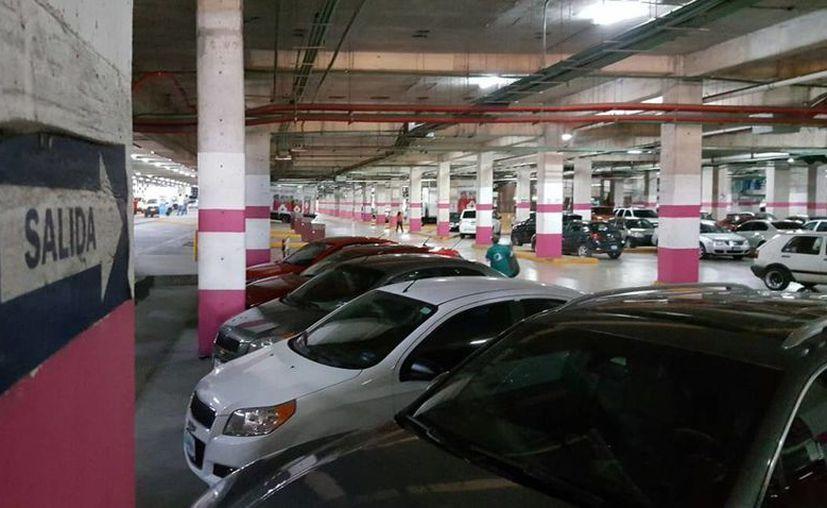 Los delincuentes se roban tapones de llanta, objetos dejados dentro de los vehículos, entre otros. (Jesús Tijerina/SIPSE)