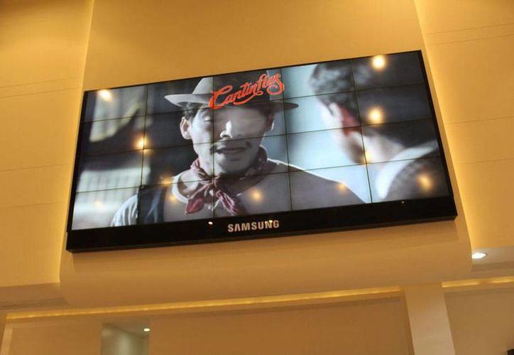 La película 'Cantinflas' ganó 2 premios del Festival Iberoamericano de Cine de Huelva (España). La imagen es de contexto y corresponde a la proyección de la película 'Cantinflas' en una pantalla gigante en Colombia. (Archivo/NTX)
