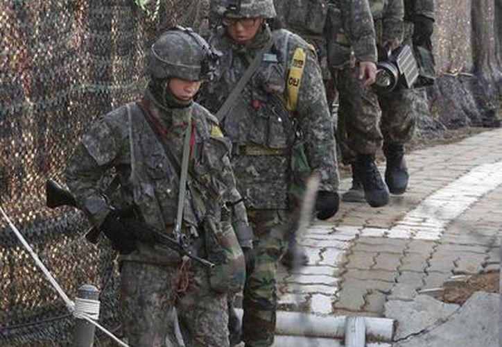 Soldados surcoreanos patrullan la valla cerca de la aldea fronteriza de Panmunjom, en Paju, Corea del Sur. (Agencias)