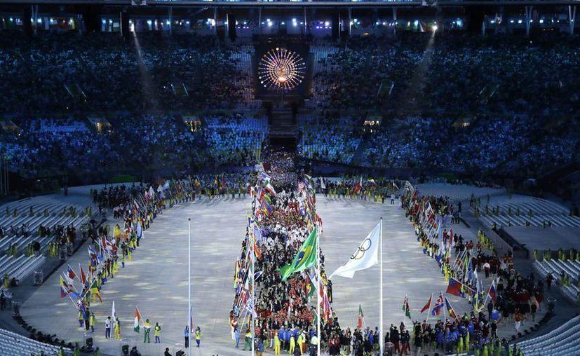 Imagen del desfile de los atletas al entrar a la ceremonia de clausura en el estadio Maracaná en los Juegos Olímpicos de 2016 en Río de Janeiro, Brasil, este domingo, 21 de agosto de 2016. (Foto AP / Charlie Riedel)