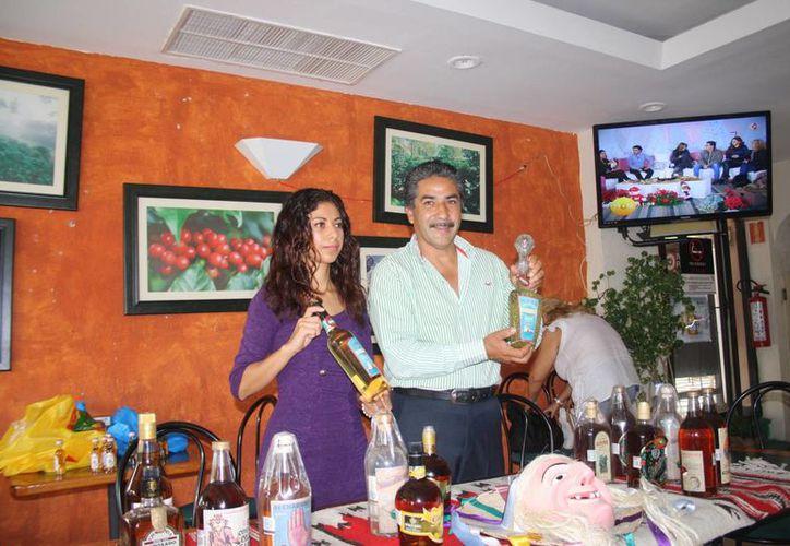 La directora del Buró de Turismo y el presidente municipal de Erongarícuaro, Michoacán. (Octavio Martínez/SIPSE)