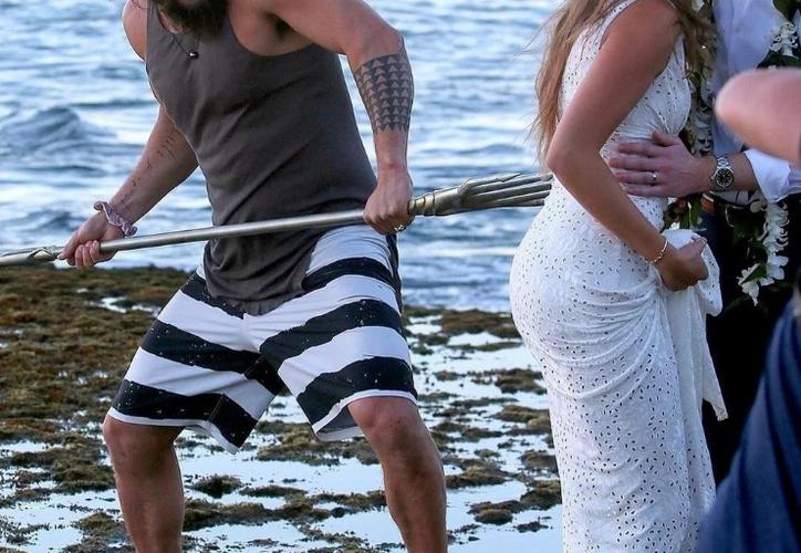 El actor Jason Momoa irrumpió en las fotografías de una boda. (Twitter)