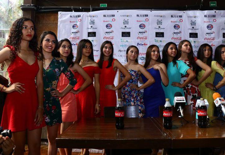Algunas de las jóvenes concursantes de las prepas Uno y Dos de la Uady. (Foto:  Jorge Acosta/ Milenio Novedades)