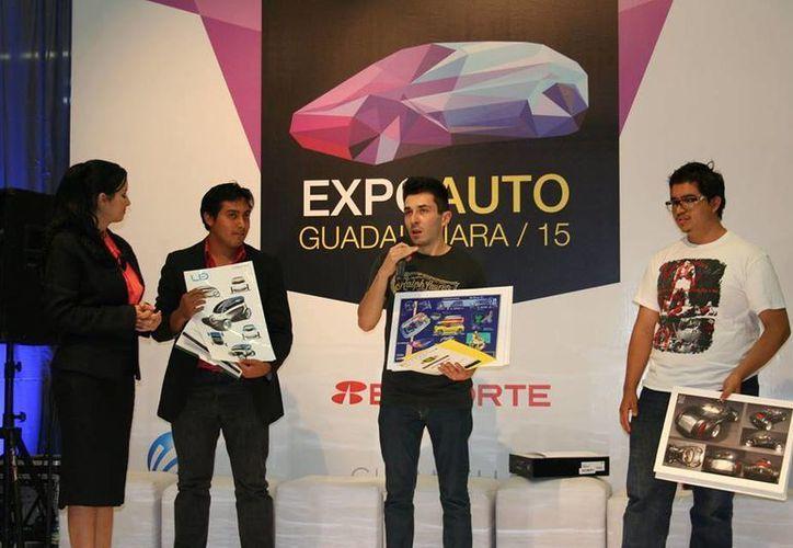 Walter Andrés Chávez Jaquez (c) ganó el IV concurso de Diseño Automotriz de la Asociación de Distribuidores convocado por  Automotores del Estado de Jalisco por el diseño de un vehículo eléctrico para discapacitados. (Facebook: Expo Automotriz GDL)
