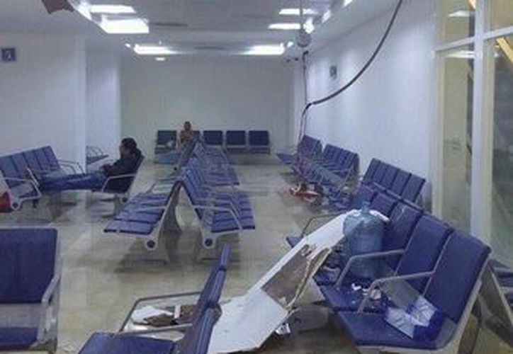 El plafón se despendió en la sala de espera. (Redacción/SIPSE)
