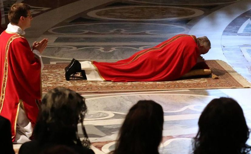 El Jefe de la Iglesia católica postrado en la Basílica de San Pedro como parte del ritual principal de Viernes Santo: la adoración de la cruz. (AP)