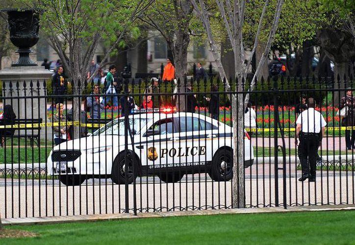 Según el Servicio Secreto, el hombre fue detenido antes de que pudiera pasar la valla norte de la Casa Blanca y adentrarse en la zona. (EFE)