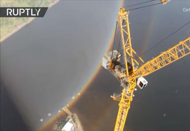 Solo desde una altura semejante un arcoíris normal se puede ver después de la lluvia bajo esta nueva forma. (Foto: Captura del video)