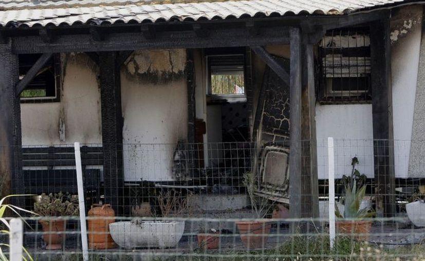 El incendio, afectó la zona de la puerta que hizo imposible tanto la salida como el ingreso para prestar ayuda. (El Clarín)