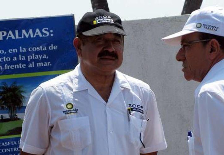 Desiderio Camacho Garibo (de frente), hoy exsecretario de Obras Públicas de Michoacán, es uno de los 32 funcionarios que el Gobierno federal ya detuvo, acusados de diversos delitos relacionados con corrupción y delincuencia organizada. (mimorelia.com)