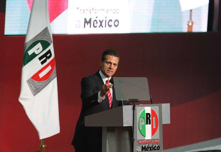 El Presidente mostró orgulloso el pin que le dio César Camacho. (Claudia Guadarrama/Milenio)