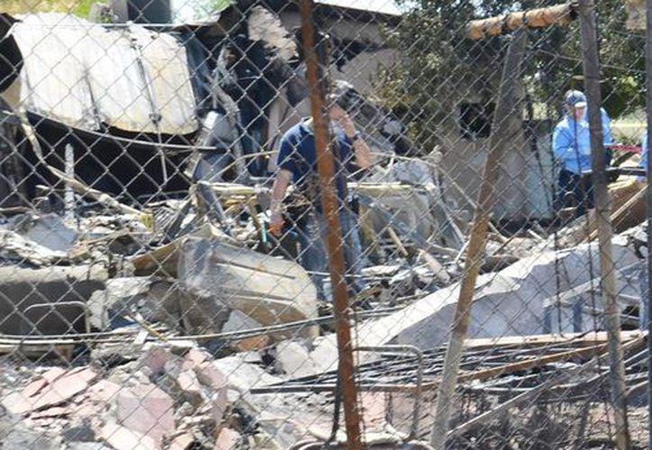 Peritos ministeriales levantan información en el sitio donde al menos 17 ancianos murieron y cuatro más resultaron lesionados al incendiarse un asilo en Mexicali, Baja California. (EFE/Archivo)