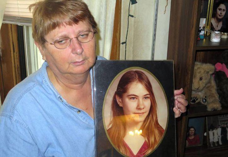 Carolyn Tousignant sostiene una foto de su hija Carrie Ann Jopek en su hogar en Milwaukee, Wisconsin. (Agencias)