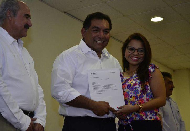 Víctor Caballero Durán, secretario  de Educación del Gobierno del Estado, entregó plazas a 91 maestros de educación básica. (Fotos: Daniel Sandoval/SIPSE)