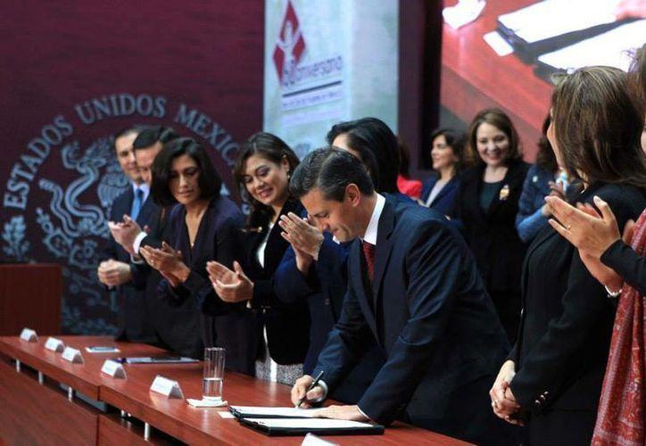 Al concluir el acto el mandatario firmó la iniciativa que, confió, será aprobada fácilmente.(facebook.com/EnriquePN)