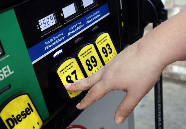 Un cliente carga combustible en una gasolinera en Richland, Missouri. (Agencias)