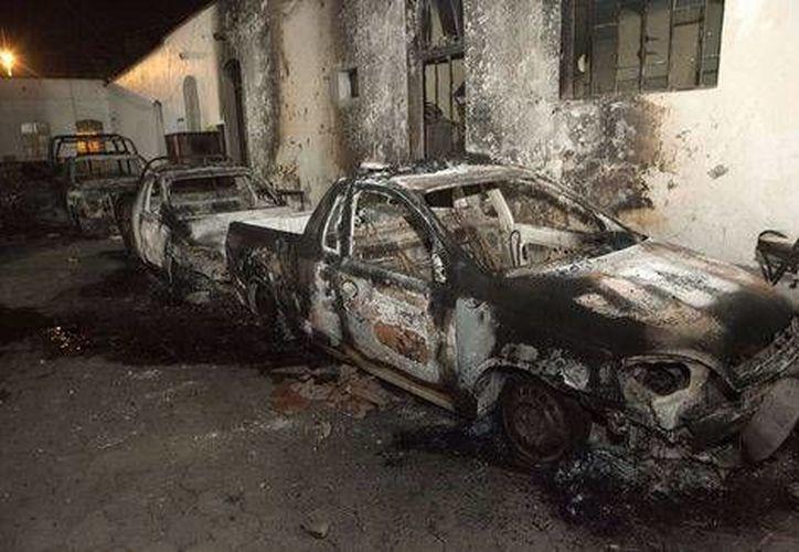 Los pobladores incendiaron el Palacio Municipal y dañaron varios vehículos. (Milenio)