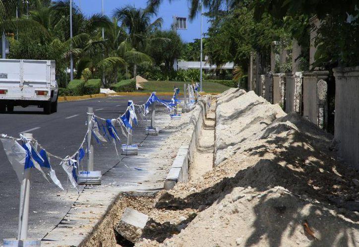 Las obras inconclusas dan mala imagen al bulevar Kukulcán. (Tomás Álvarez/SIPSE)