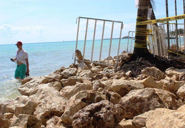 Recientemente en los arenales del Club de Playa Blue Parrot se colocaron piedras para 'protegerlo' del mar. (Octavio Martínez/SIPSE)