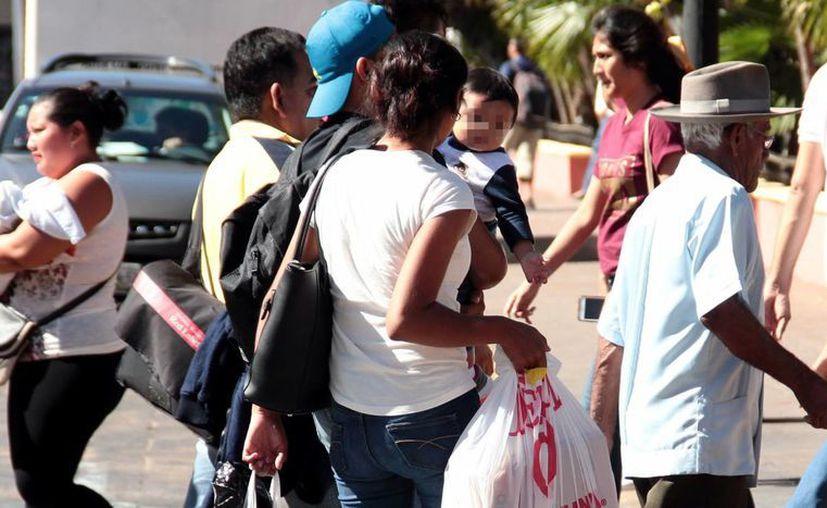 Actualmente hay muchos matrimonios que resultan de divorcios. Imagen de contexto de una familia entre la gente, en el centro de Mérida. (Milenio Novedades)