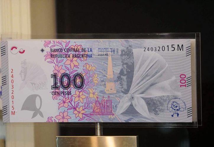 Una vista del billete que en el frente tiene el perfil de una Abuela de la Plaza de Mayo con su tradicional pañuelo. (Foto Notimex)