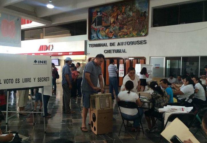 La casilla especial instalada en la terminal de autobuses del ADO de Chetumal abrió puntualmente. (Claudia Martín/SIPSE)