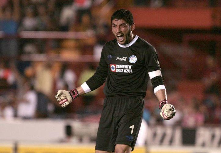 Corona se controló incluso después de recibir un escupitajo en la cara, al término del partido Cruz Azul-Xolos, pero el árbitro lo expulsó. (EFE)