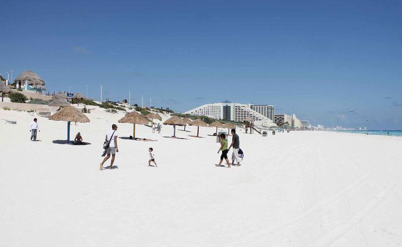 El hotel se construirá en un predio ubicado a un costado de Playa Delfines. (Israel Leal/SIPSE)