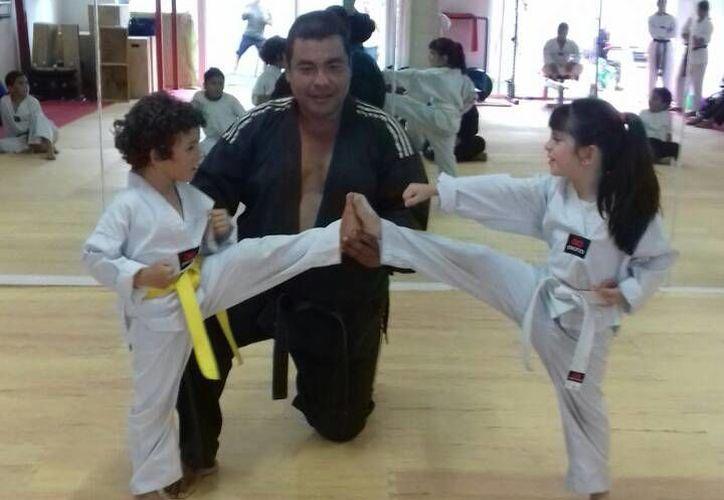 Arturo Zamora, decano del alto rendimiento taekwondoín en Cancún, vuelve para enseñar a los nuevos valores. (Ángel Mazariego/SIPSE)