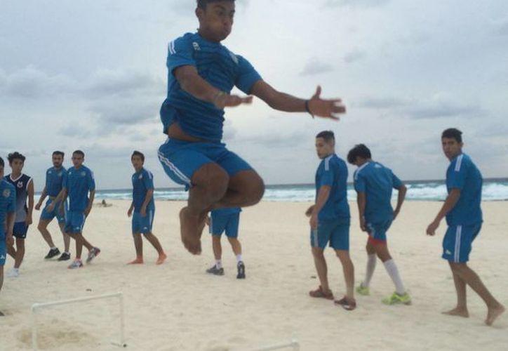Los Chacmoles trabajaron toda la semana en la playa y gimnasio y por a tarde en la cancha del Centro de Alto Rendimiento. (Raúl Caballero/SIPSE)