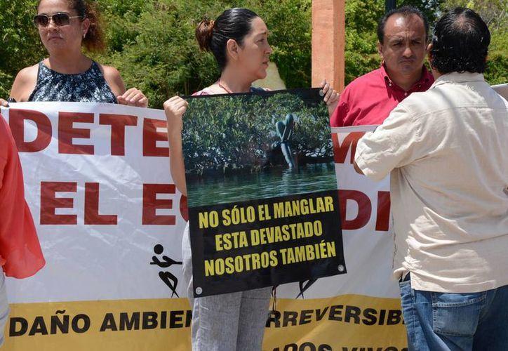 Un grupo de personas se manifestaron en las instalaciones para que las obras sean canceladas, no sólo suspendidas. (Victoria González/SIPSE)