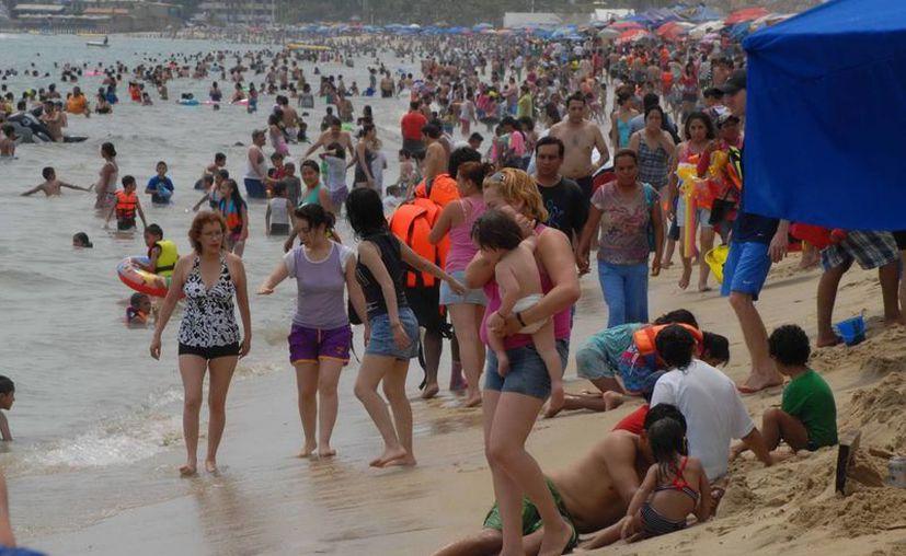 En las playas de Acapulco hay buzos para dar seguridad a los vacacionistas. (Notimex/Archivo)