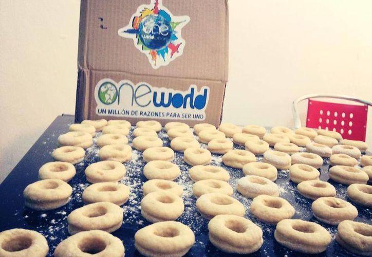 Para recaudar fondos y desarrollar las actividades planeadas, el equipo de jóvenes de One World preparan donas azucaradas. (Tomás Álvarez/SIPSE)