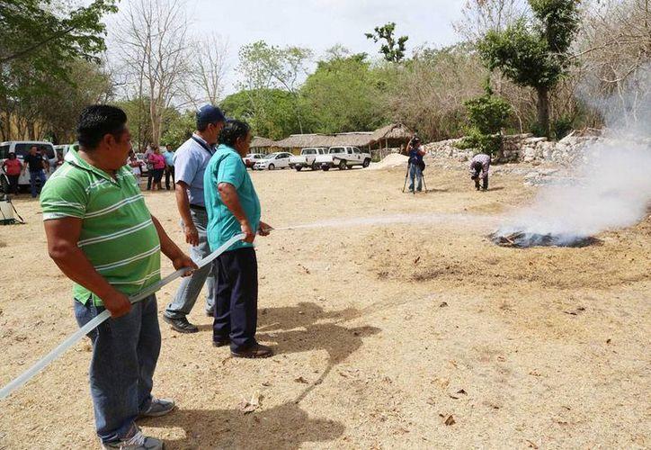 Comisarios de Mérida participaron en un curso para combatir incendios y tuvieron un simulacro de conato de fuego, para aplicar los conocimientos adquiridos. (Cortesía)