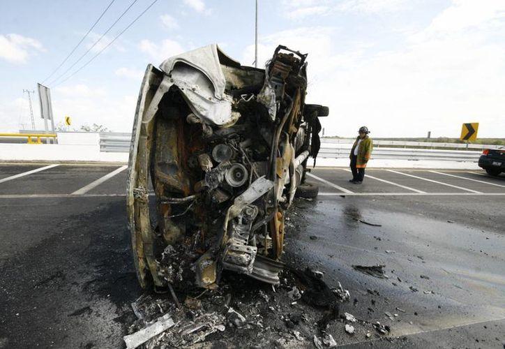 Imagen de la camioneta que se volcó e incendió en el Periférico de Mérida. (José Acosta/SIPSE)