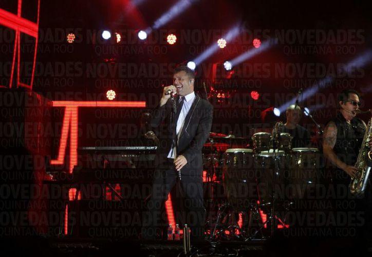 Miles de gargantas coreaban a todo pulmón junto al afamado cantante. (Israel Leal/ SIPSE)