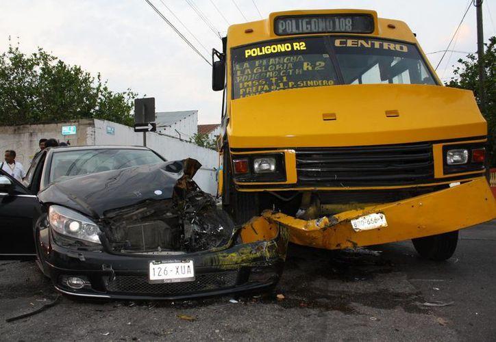 """El lujoso vehículo de los invitados a la """"boda del año"""" terminó desbaratado. (Martín González/SIPSE)"""