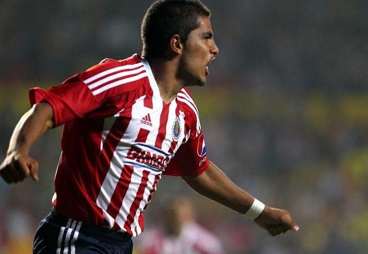 Miguel Ponce, refuerzo de Chivas, sufrió una ruptura de menisco externo de la rodilla derecha. (vivelohoy.com)