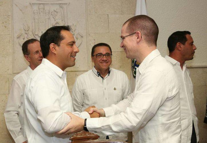 Imagen del alcalde de Mérida, Mauricio Vila Dosal, al darle la bienvenida al presidente nacional del PAN, Ricardo Anaya Cortés, previo a su primer informe de administración en Mérida, Yucatán. (Milenio Novedades)