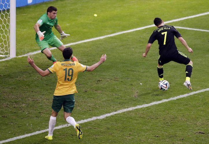 Momento en que el español David Villa conecta de 'taquito' para abrir el marcador ante Australia. (Foto: AP)