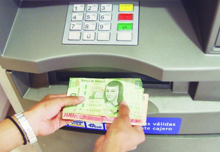 Si retira dinero de un cajero y detecta billetes falsos, acuda al banco. (Christian Ayala/SIPSE)