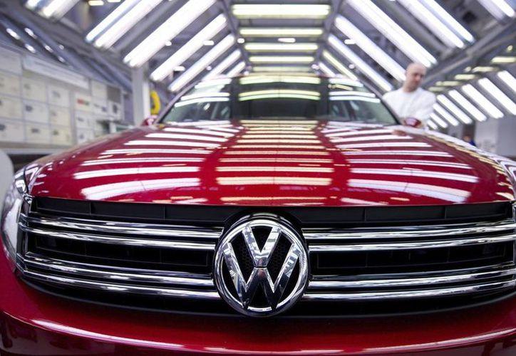 Volkswagen va a llamar a revisión a 680 mil vehículos en EU por posibles problemas con los airbag de la compañía japonesa Takata. (EFE/Archivo)