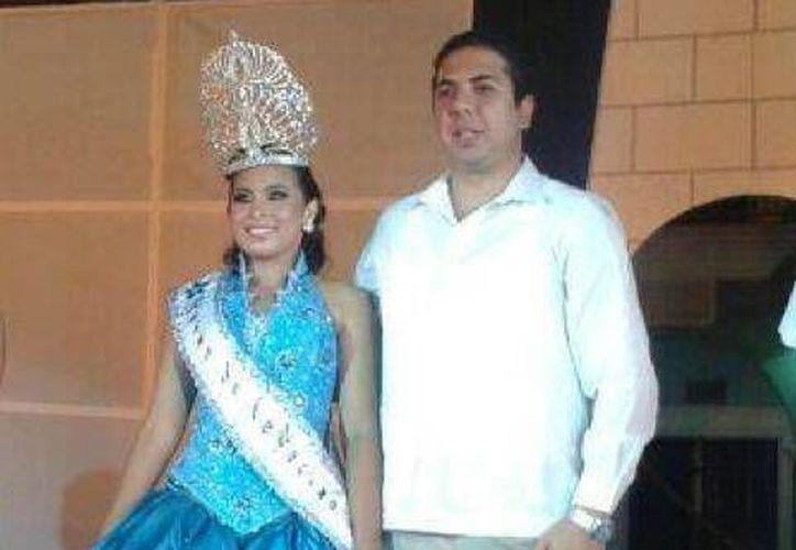 Cindy Vanessa Coral Uribe, Reina de la Marina 2013, con el presidente municipal de Progreso, Daniel Zacarías (Manuel Pool/SIPSE)