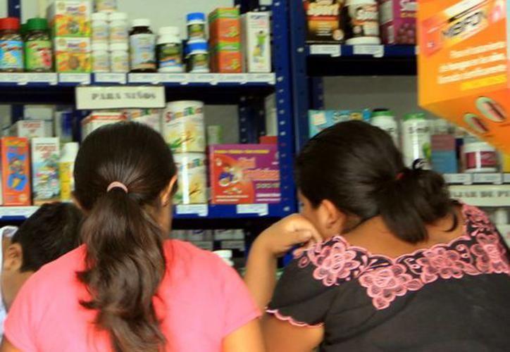 Esta persona cobra 100 pesos por la atención y representa un grave riesgo para los pacientes, al medicarlos sin los conocimientos adecuados. (SIPSE)