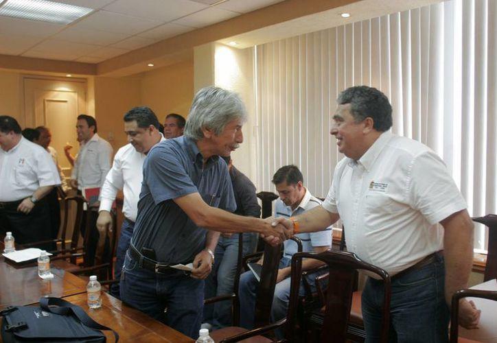 Gabriel Mendicuti Loría saludando al líder estatal del sol azteca, Julio Lara Martínez. (Harold Alcocer/SIPSE)
