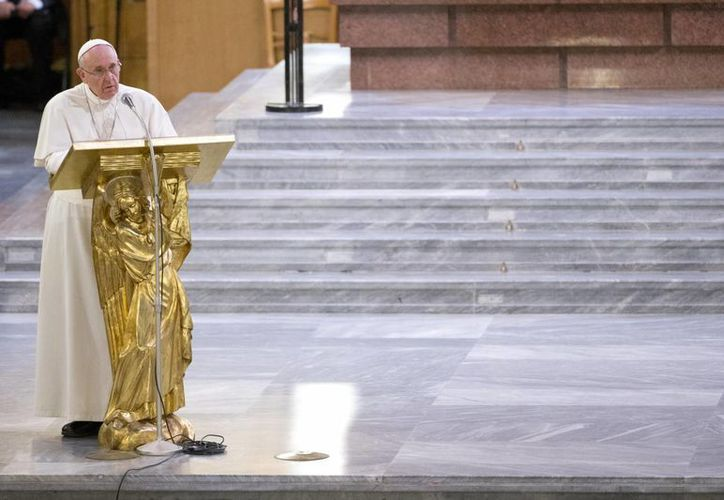 El Papa Francisco pronuncia su discurso durante una reunión con familiares de víctimas inocentes de la mafia italiana, en la iglesia de San Gregorio VII de Roma, a las afueras del Vaticano. (Agencias)