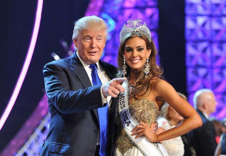El concurso Miss Estados Unidos se vio en medio de una controversia política cuando Trump dijo que aspira la presidencia del país por parte del partido Republicano.En la foto; Donald Trump en la premiación de la ganadora del concurso Miss USA 2014. (AP)