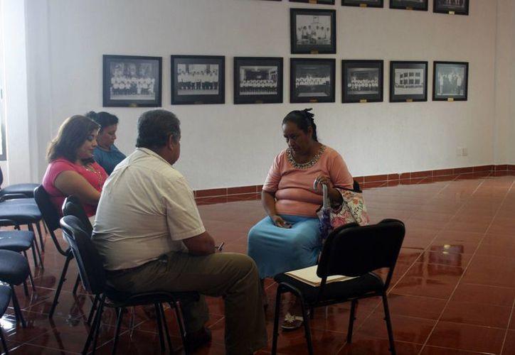 La madre del deportista afectado acudió a la reunión del Cabildo. (Harold Alcocer/SIPSE)