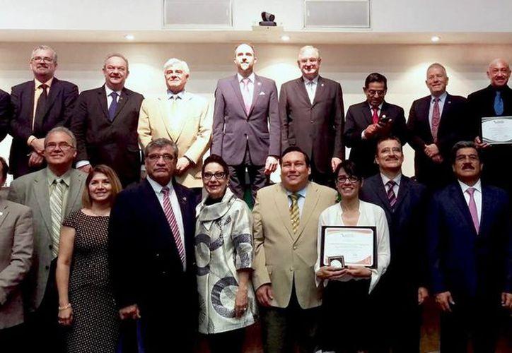 Imagen de los galardonados por la Organización Universitaria Interamericana. Entre ellos el rector de la Uady. (Milenio Novedades)
